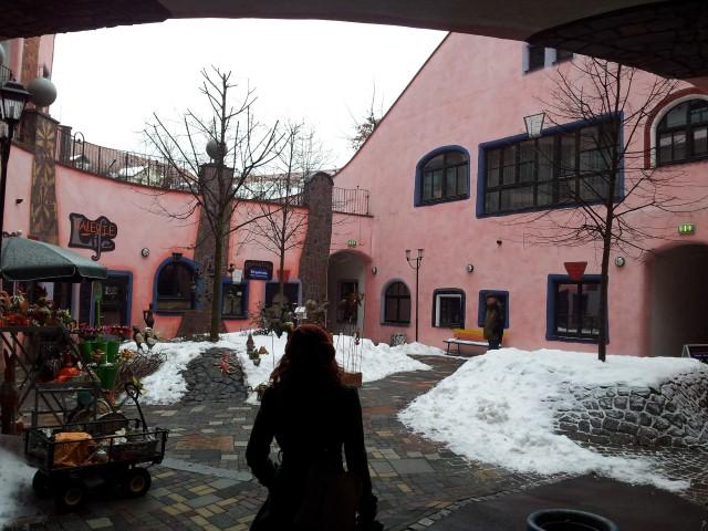 Der Hundertwasserhaushinterhof. Und Conny :-)